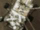 """Der Mars-Rover """"Perseverance"""" senkt sich während der Landung auf die Marsoberfläche ab. Foto: -/AP/dpa"""