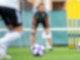 Bundestrainerin Martina Voss-Tecklenburg verfolgt das Training des deutschen Frauen-Nationalteams. Foto: Sebastian Gollnow/dpa