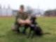 Hauptfeldwebel Alexander Schmidt von der Logistikschule der Bundeswehr in Garlstedt hat Therapiehund «Krümel» an der Leine. Foto: Marine