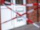 Mit rot-weißem Absperrband ist der Zugang zu einem Restaurant in Boizenburg abgesperrt. Außenbereiche von Lokalen sollen dem Entwurf zufolge erst öffnen, wenn die Inzidenz 14 Tage stabil unter 35 bleibt. Foto: Jens Büttner/dpa-Zentralbild/dpa