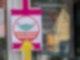 Ein Hinweisschild zeigt am Eingang eines Restaurants, dass der Zutritt nur mit Mund-Nasen-Schutz erlaubt ist. Das Saarland will mit dem Ausstieg aus dem Lockdown beginnen. Foto: Harald Tittel/dpa