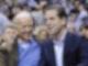 Joe Biden (l.), damals Vizepräsident der USA, und sein Sohn Hunter sehen sich im Januar 2010 ein Basketballspiel an. Foto: Nick Wass/AP/dpa