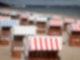 Geschlossene Strandkörbe stehen auf dem fast menschenleeren Strand in Timmendorfer Strand an der Ostsee. Ab dem 17. Mai dürfen Geimpfte sowie Genesene und Getestete unter strengen Vorgaben in ganz Schleswig-Holstein in Beherbergungsbetrieben übernachten. Foto: Christian Charisius/dpa