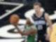 Marcus Smart (l) von den Boston Celtics setzt zum Wurf an. Moritz Wagner (21), Spieler bei Orlando Magic, versucht ihn zu decken. Foto: John Raoux/AP/dpa