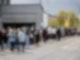 Zahlreiche Menschen stehen an einem Supermarkt Schlange, um dort ohne Termin mit dem Impfstoff Astrazeneca geimpft zu werden. Foto: Christoph Schmidt/dpa