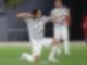 Manchester Uniteds Torschütze Edinson Cavani (l) feiert sein Tor zum zwischenzeitlichen 2:2-Ausgleich. Foto: Jonathan Moscrop/CSM via ZUMA Wire/dpa