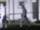Beamte in Schutzanzügen am Tatort: Bei einem Messerangriff in einer Wohnung in Bad Essen in Niedersachsen sind zwei Menschen lebensgefährlich verletzt worden. Foto: --/Nord-West-Media TV/dpa