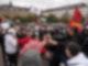 Teilnehmer einer pro-palästinensische Demonstration stehen auf dem Marienplatz in Stuttgart. Am Rande der Kundgebung kam es zu Rangeleien zwischen unterschiedlichen Gruppen und zwischen Demonstranten und der Polizei. Foto: Andreas Rosar/dpa