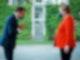 Emmanuel Macron begrüßt Angela Merkel vor dem Bundeskanzleramt. Foto: Kay Nietfeld/dpa
