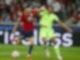 Maxence Lacroix vom VfL Wolfsburg (r) kann sich im Kampf um den Ball nicht gegen Burak Yilmaz vom OSC Lille durchsetzen. Foto: Michel Spingler/AP/dpa