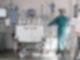 Eine Intensivpflegerin versorgt auf einer Braunschweiger Intensivstation einen an Covid-19 erkrankten Patienten. Foto: Ole Spata/dpa