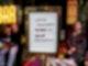 Hinweis auf die 2G-Regel bei einer Hamburger Bar. Foto: Axel Heimken/dpa