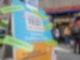 Passanten stehen in der Münchner Innenstadt vor einer Apotheke, die Coronatest für 15 Euro anbietet. Foto: Peter Kneffel/dpa
